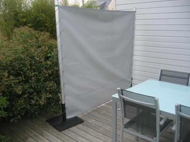 panneau coup vent sur terrasse voilerie nozo. Black Bedroom Furniture Sets. Home Design Ideas